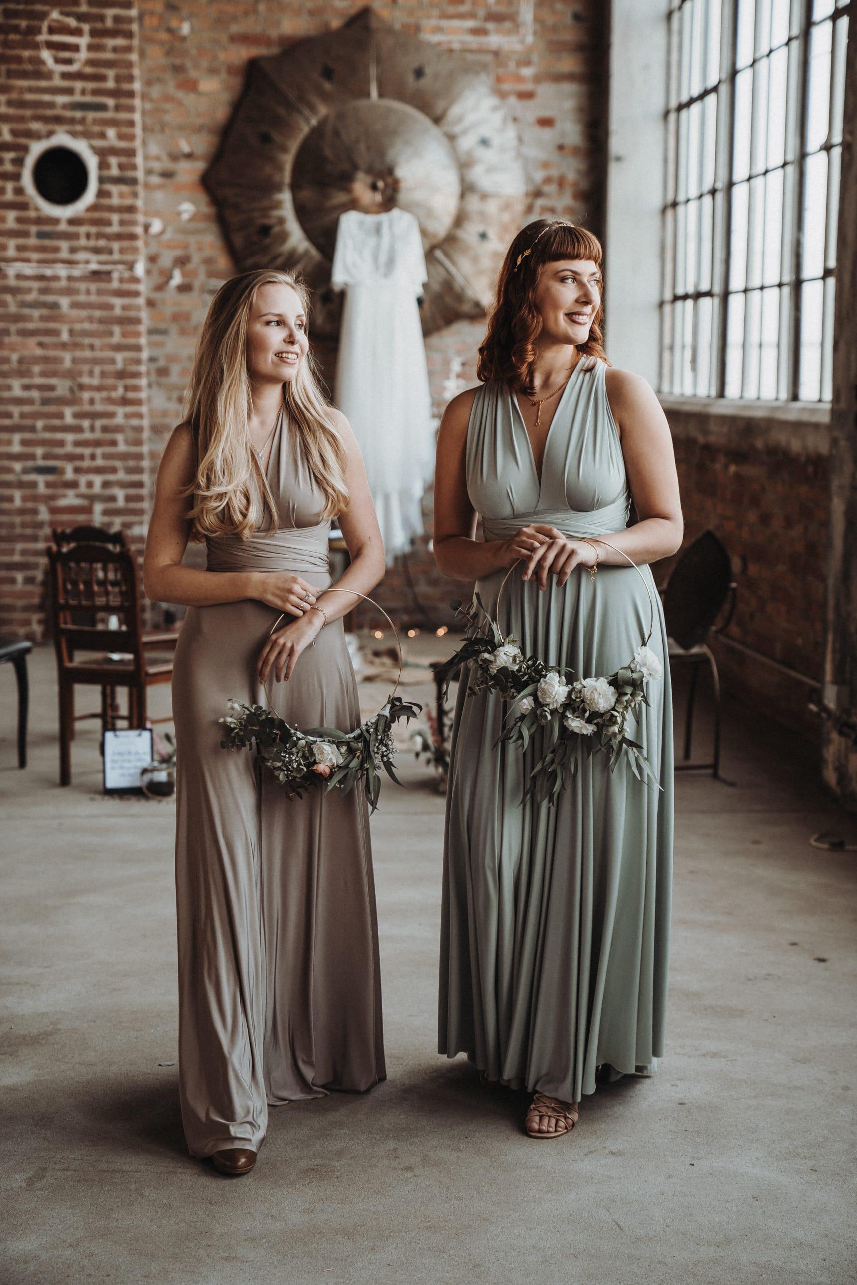 Braune_und_beige_Kleidung_Brautpaar_und_Hochzeit_01